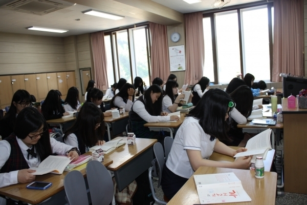 태백 장성여고 학생들이 아침독서를 하고 있다 [사진 제공=장성여고'