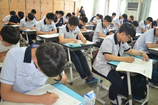 학업성취도 평가를 하는 학생들 [사진 제공=충북교육청]